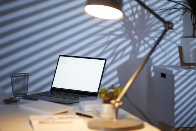 Werkplek in donkere kantoor