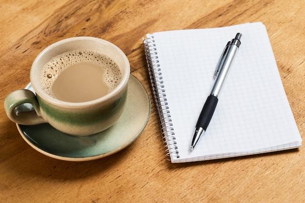 Werkplek. kladblok en koffiekopje