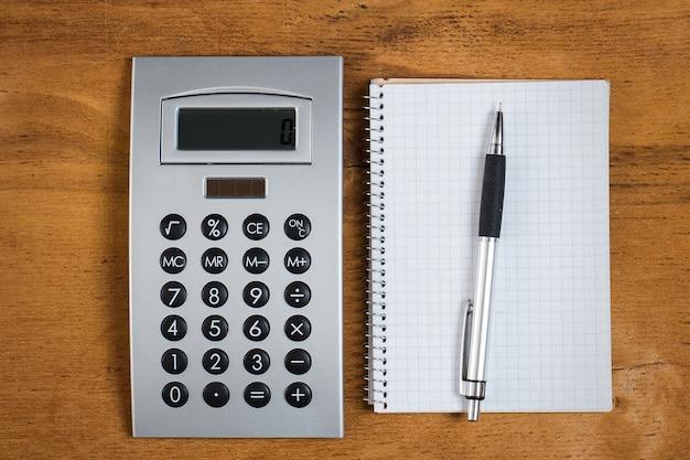 Werkplek. kladblok en rekenmachine op tafel