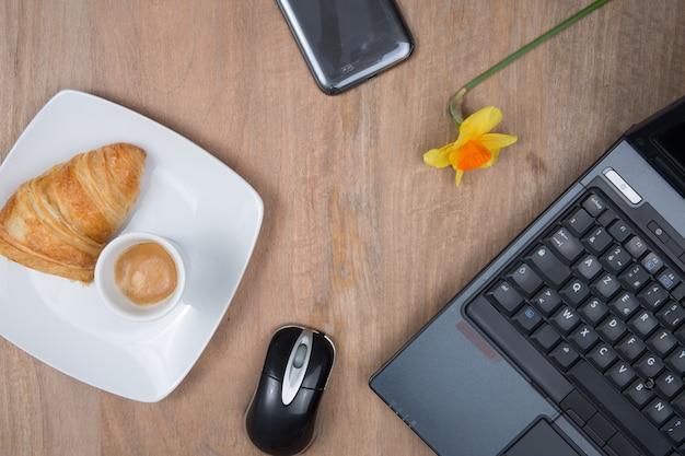 Werkplek met computer en koffie