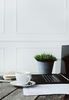 Werkplek met computer en koffiekopje