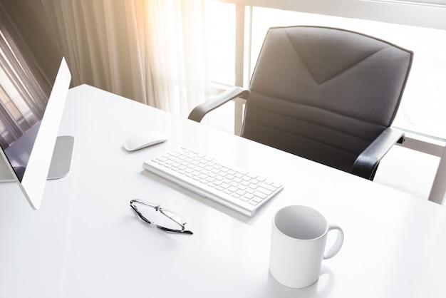 Werkplek met computer in de kamer