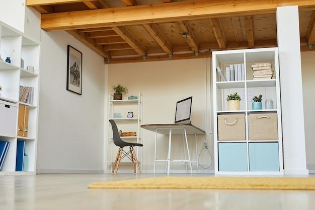 Werkplek met computermonitor op tafel in huiskamer