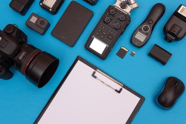 Werkplek met digitale gadgets op blauwe tafel