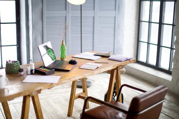 Werkplek met een pentablet, een computer en wat kleurstalen