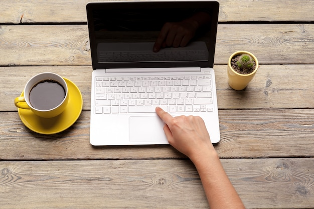 Werkplek met kantoorhulpmiddelen en gadgets. kopje koffie op een tafel