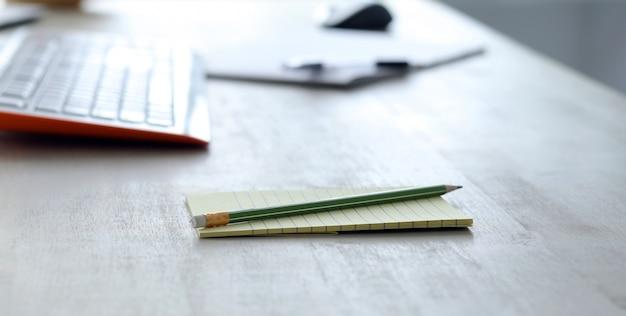 Werkplek met kladblok met potlood