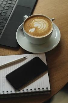 Werkplek met koffiekopje en laptop