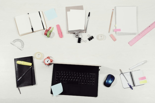 Werkplek met laptop en documenten