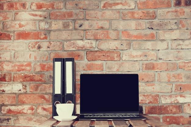 Werkplek met laptop en koffiekopje