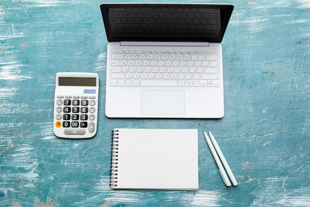 Werkplek met laptop laptop. comfortabele werktafel op kantoor