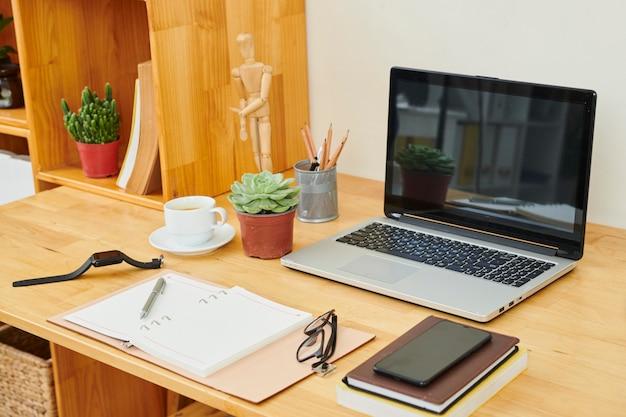 Werkplek met laptop op kantoor