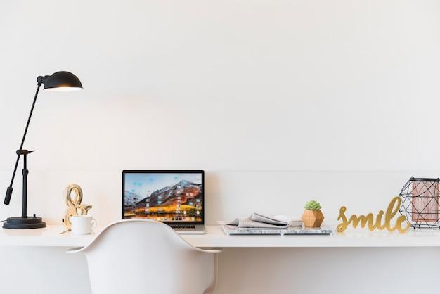 Werkplek met laptop op tafel thuis