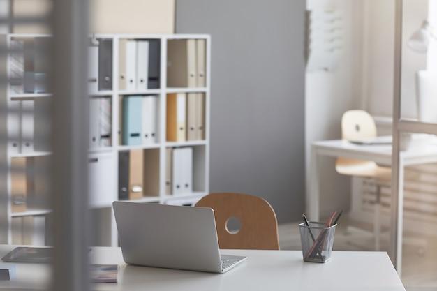 Werkplek met laptopcomputer op tafel op moderne kantoor