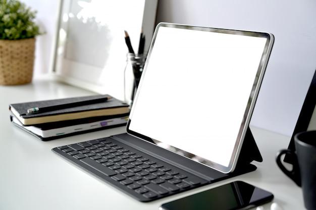 Werkplek met leeg scherm mockup-tablet