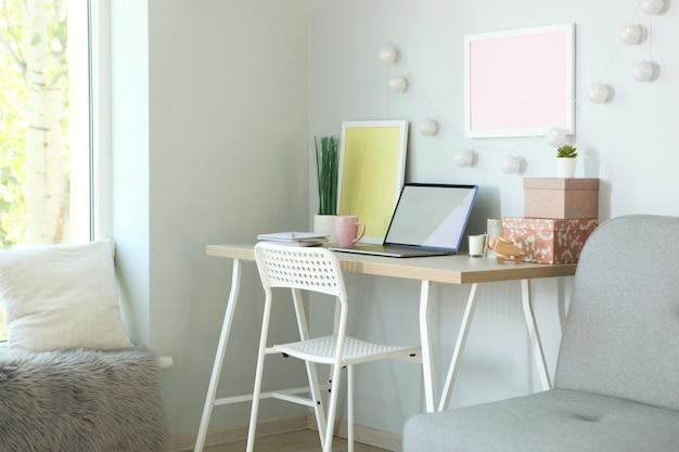 Werkplek met moderne laptop in het interieur van de kamer