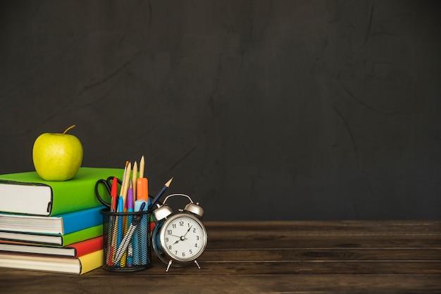 Werkplek met schoolboeken voor leerboeken en wekker