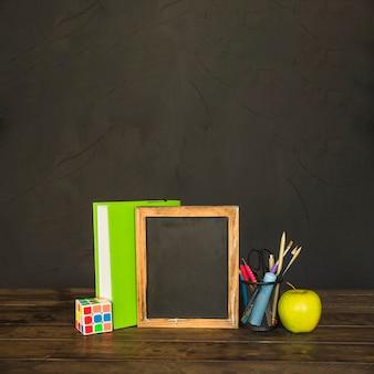 Werkplek met schoolbord boek en briefpapier
