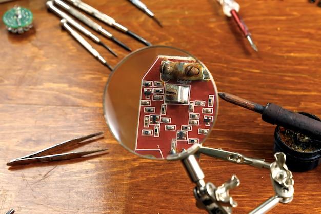 Werkplek met soldeerbout, microcircuit