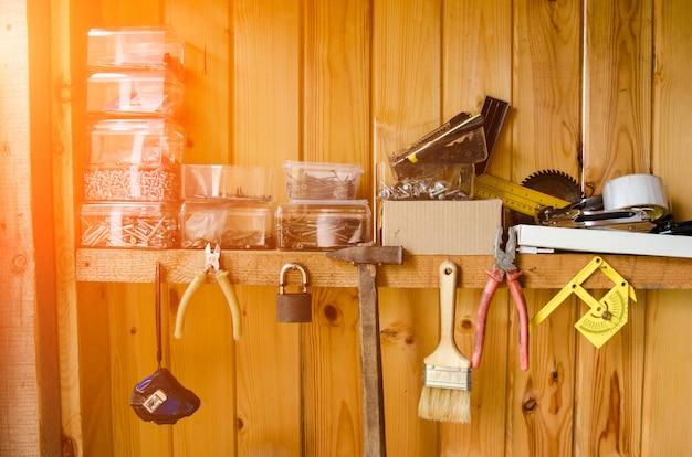 Werkplek met veel oude tools