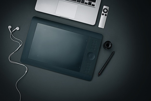 Werkplek. moderne mannelijke accessoires en laptop op zwarte achtergrond