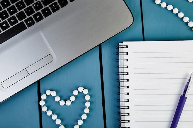 Werkplek sjabloon met notities en pen