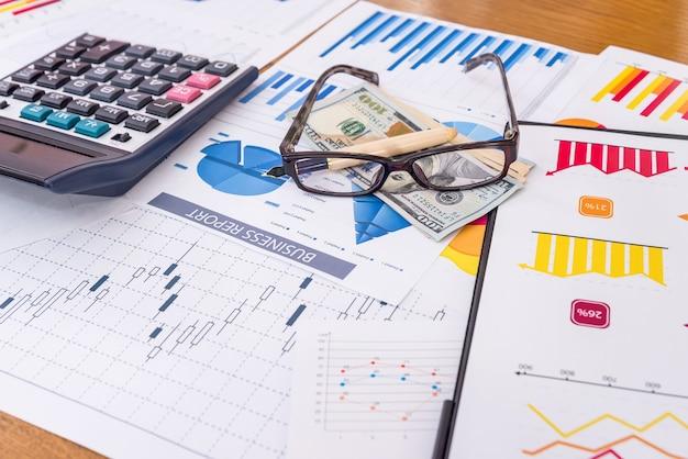 Werkplek van bedrijfsanalist, grafieken en diagrammen op tafel