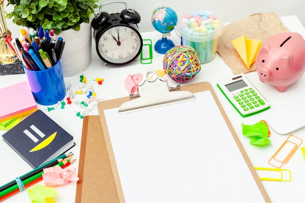 Werkplek van een creatief persoon met een verscheidenheid aan kleurrijke kantoorbehoeftenobjecten