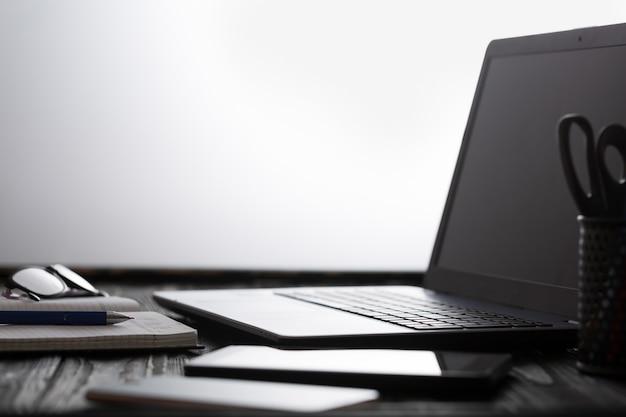 Werkplek van zakenman en manager in kantoor met laptop en smartphone. kopieer ruimte voor tekst