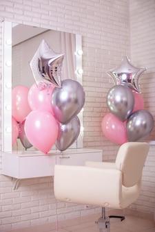 Werkplek voor kapper versierd met ballonnen