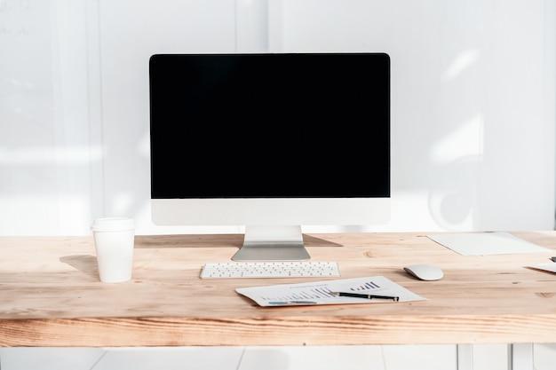 Werkplekzakenman in een modern kantoor