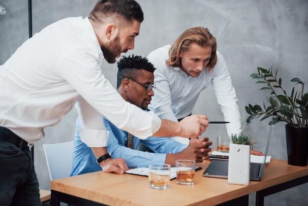 Werkproces met laptop op de tafel voor officemanagers