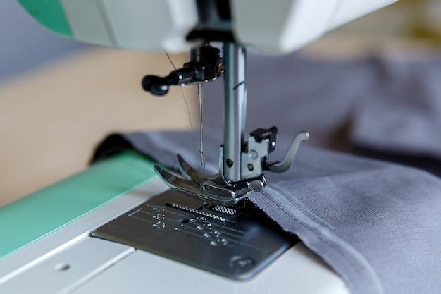 Werkproces naaivoet en bovendraad door naald gespannen