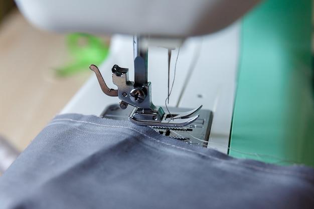 Werkproces. naaivoet en naald, draad door naald gestrekt