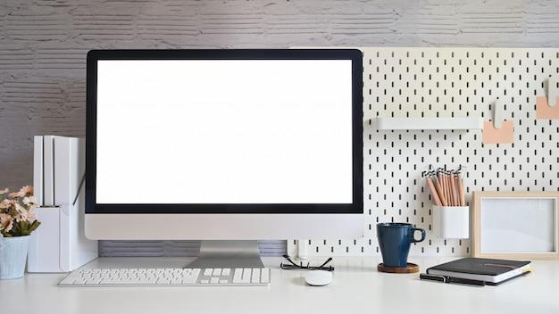 Werkruimte en desktopcomputer met leeg scherm