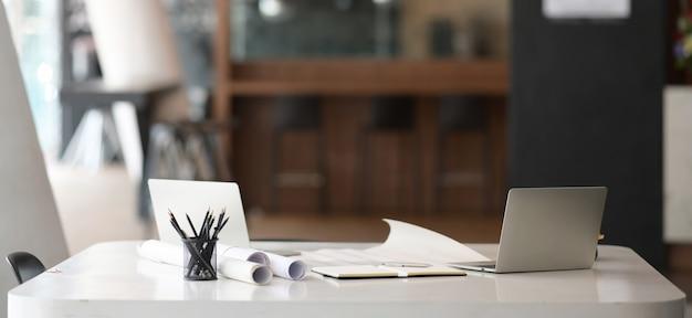 Werkruimte en laptop met kantoorbenodigdheden