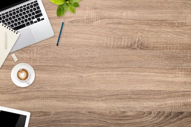 Werkruimte houten bureau met laptopcomputer en koffiekopje