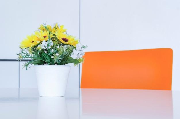 Werkruimte in een modern kantoor. concept van tijdmanagement, georganiseerde ruimtes