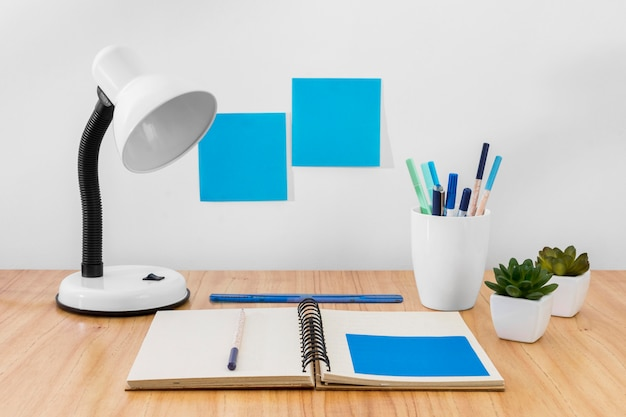 Werkruimte-indeling met bureaulamp