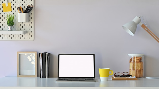 Werkruimte leeg scherm computer en kantoorapparatuur ligt op tafel. modern bureau concept.