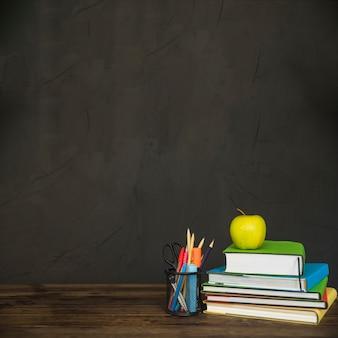 Werkruimte met boeken en briefpapier