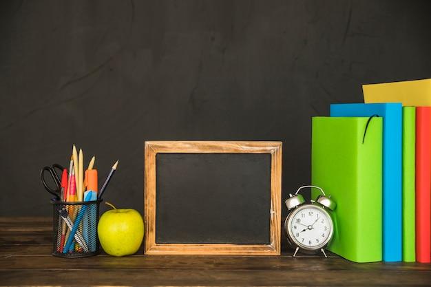 Werkruimte met boeken en schoolbordframe