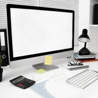 Werkruimte met computerscherm en lamp