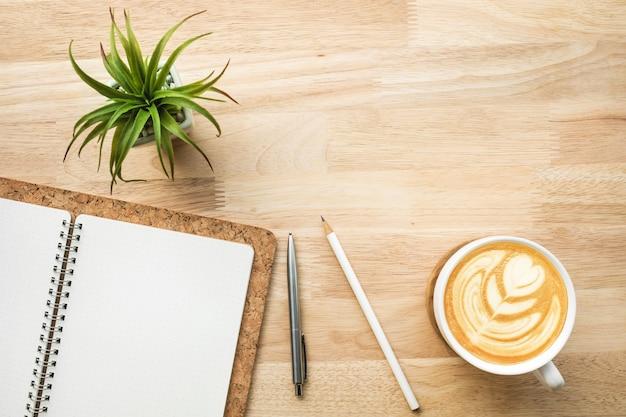 Werkruimte met houten bureau tafel en benodigdheden. zakelijke plat leggen achtergrondontwerp