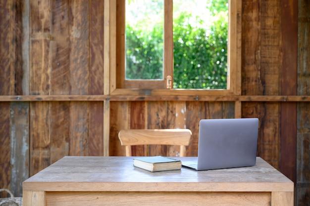 Werkruimte met laptop op houten bureaulijst.
