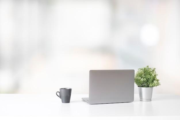 Werkruimte met laptopcomputer en koffiekop en installatie, het modieuze concept van het bureauconcept.