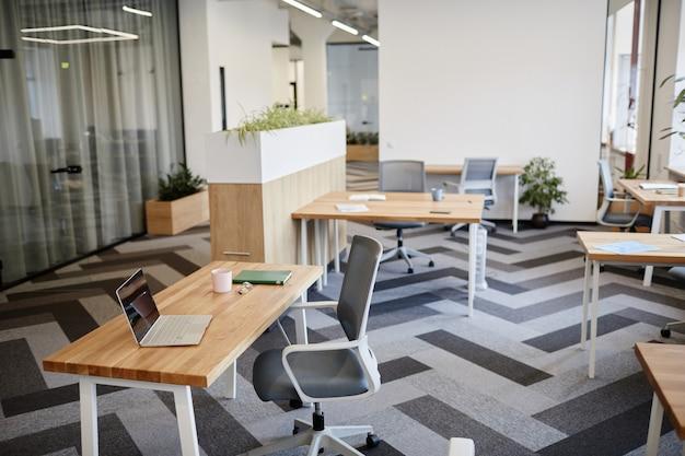 Werkruimte met laptopplanner en mok op koffie in leeg kantoor