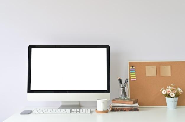 Werkruimte met mockup-laptop op bureaulijst en bureaulevering.