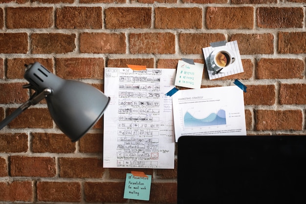 Werkruimte met nota over bakstenen muur