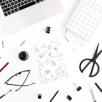 Werkruimte met notebook, laptop, schaar, bril, pen op wit.